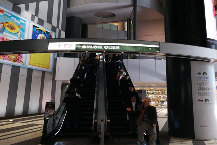こちらのエスカレータに乗り1階までお越しください。