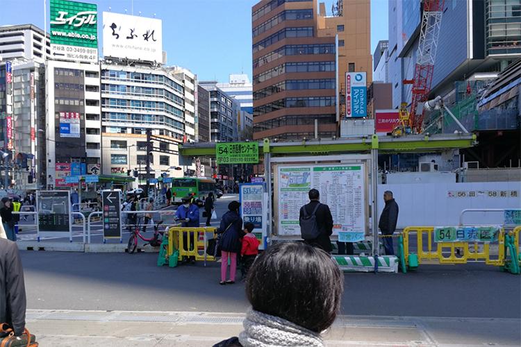 宮益口を出てまっすぐ行くと54番日赤医療センター前のバス停があります。