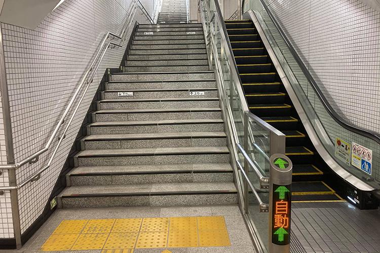 奥に進むとエスカレーターと階段があり、そこを上ります。