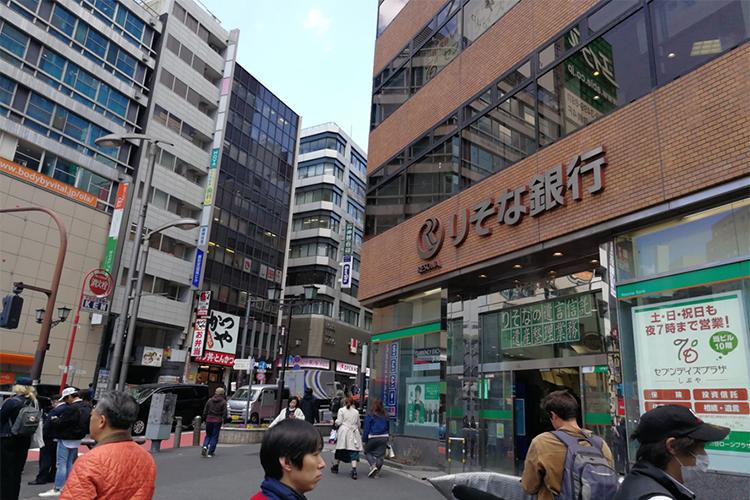 12番出口を出ると右手にりそな銀行があります。